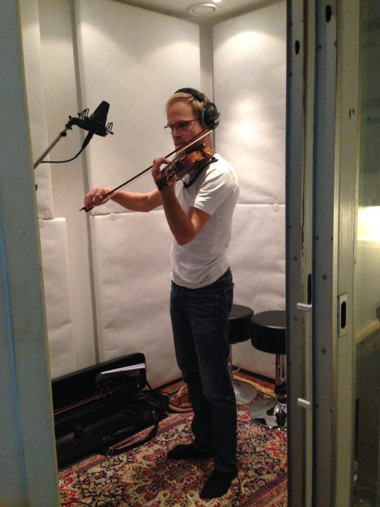 Alexander Kragelund_violinist_på Sarah Elgetis Dawn Comes Quietly